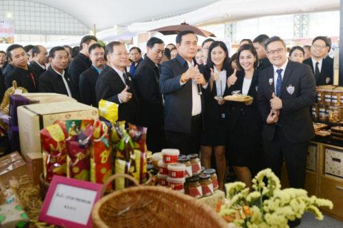 พล.อ.ประยุทธ์ จันทร์โอชา นายกรัฐมนตรี พร้อมด้วย พลเอก ฉัตรชัย สาริกัลยะ รัฐมนตรีว่าการกระทรวงเกษตรและสหกรณ์ ลงพื้นที่ จ.จันทบุรี เพื่อตรวจเยี่ยม การดำเนินงานการส่งเสริมการเกษตรแปลงใหญ่