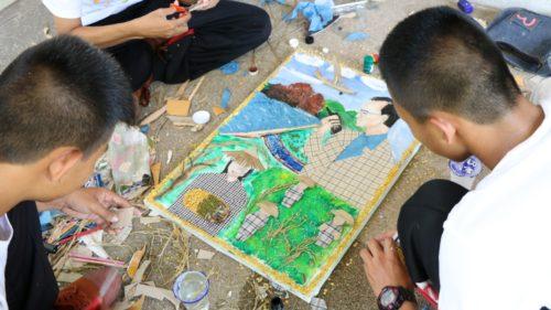 เยาวชนลงมือสร้างผลงานศิลปะที่สื่อให้เห็นถึงความสุขจากการยึดหลักคำสอนของในหลวงรัชกาลที่ 9