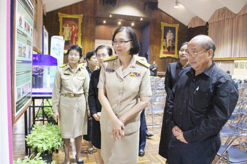 นางสาวชุติมา บุณยประภัศร รัฐมนตรีช่วยว่าการกระทรวงเกษตรและสหกรณ์ เดินชมบอร์ดขั้นตอนการเพาะเลี้ยงปลาช่อนในพื้นที่ปลูกข้าว
