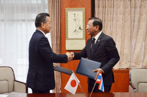 พลเอกฉัตรชัย  สาริกัลยะ รัฐมนตรีว่าการกระทรวงเกษตรและสหกรณ์ รลงนามในแถลงการณ์ร่วมในการต่อต้านการทำประมงไอยูยู กับนายยูจิ ยามาโมโต้ รัฐมนตรีว่าการกระทรวงเกษตร ป่าไม้ และประมงญี่ปุ่น