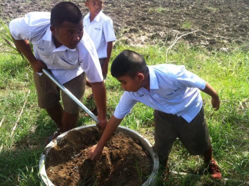 นักเรียนฝึกทำเกษตรตามโครงการเสริมสร้างยุวเกษตรกรหรือทายาทเกษตรกร
