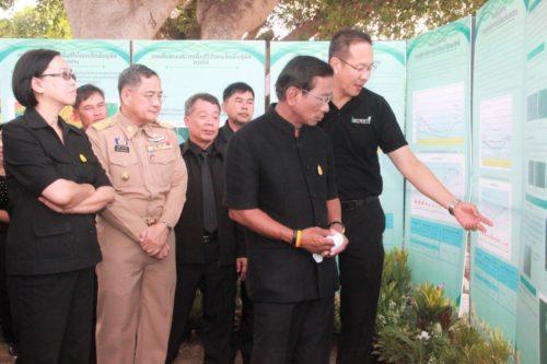 """รัฐมนตรีว่าการกระทรวงเกษตรและสหกรณ์และคณะชมนิทรรศการ""""โครงการ โปรยเมล็ดพันธุ์พืชเพื่อสร้างความชุ่มชื้นและเพิ่มผืนป่าทั่วประเทศไทย"""""""