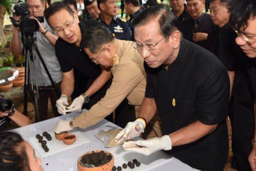 รัฐมนตรีว่าการกระทรวงเกษตรและสหกรณ์ นำทีมร่วมปั้นเมล็ดพันธุ์พืช