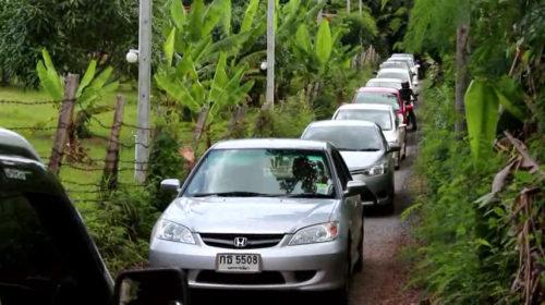 นักท่องเที่ยวแห่เยี่ยมชมสวนพืชหงษ์ทอง รถติดระหว่างทางเข้าสวน
