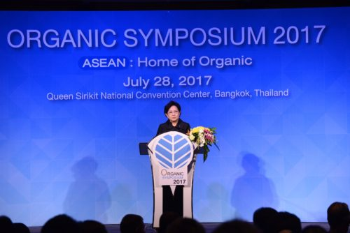 นางพิมพาพรรณ ชาญศิลป์ ที่ปรึกษารัฐมนตรีว่าการกระทรวงพาณิชย์ ประธานเปิดงานสัมมนาวิชาการ Organic Symposium 2017