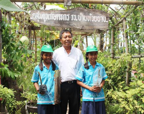 คุณศรีราชา บัวเบา ครูชำนาญการพิเศษ โรงเรียนบ้านห้วยยาง และนักเรียนกลุ่มยุวเกษตรกร