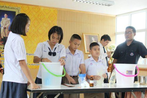 เด็กๆ อบรมผลิตแชมพู สบู่เหลวอาบน้ำ น้ำยาล้างจาน น้ำยาซักผ้า ฯ ด้วยการประยุกต์ใช้สมุนไพรในท้องถิ่น