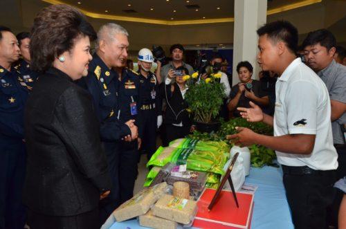 ผู้บัญชาการทหารอากาศ เยี่ยมชมผลิตภัณฑ์ที่นำมาโชว์ในวันแถล่งข่าว