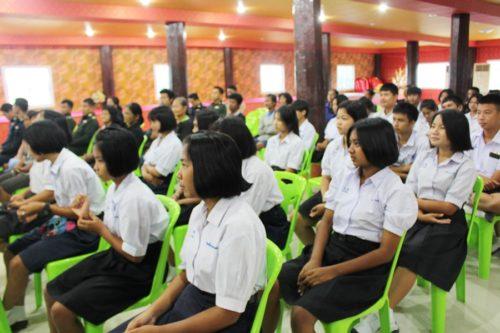 เยาวชนร่วมฟังสาธิตการทำน้ำปั่นผักพื้นบ้าน และสาธิตขนมจีนน้ำยาปักษ์ใต้