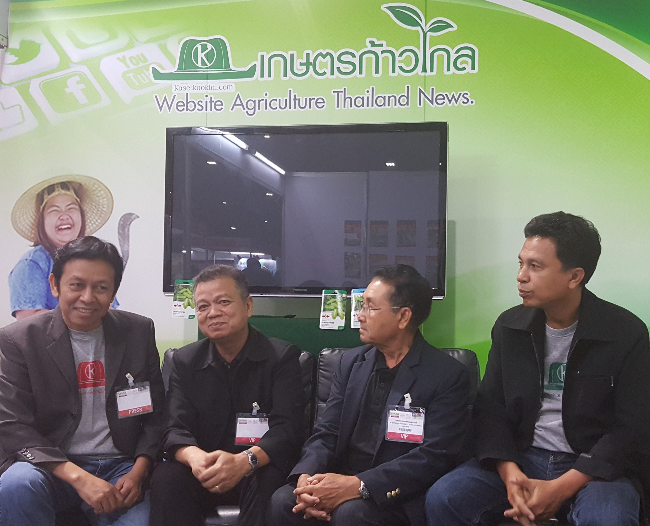 อ.ธีรวัฒน์ วงศ์วรทัต (คนที่  2 ซ้ายมือ) นายกสมาคมกาแฟและชาไทย และ อ.ถวิล สุวรรณมณี (คนที่  2 ขวามือ) อดีตนายกสมาคมสื่อมวลชนเกษตรแห่งประเทศไทย ให้เกียรติมาร่วมเสวนาเรื่อง เกษตรไทย  4.0