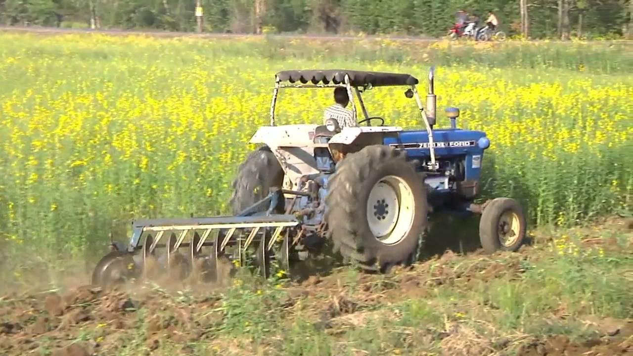 รถไถกำลังไถพวนดินเพื่อเพาะปลูกพืช