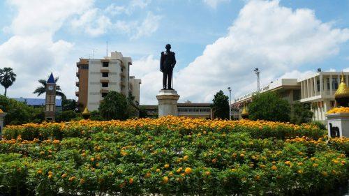 ประดิษฐานอยู่ ณ โรงเรียน ภ.ป.ร.ราชวิทยาลัย ในพระบรมราชูปถัมภ์ อ.สามพราน จ.นครปฐม ประเทศไทย