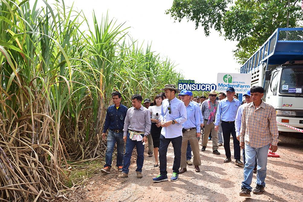 บรรยากาศการเยี่ยมชมหนองแซงโมเดล ต้้นแบบหมู่บ้านอ้อยยั่งยืนของกลุ่มมิตรผล