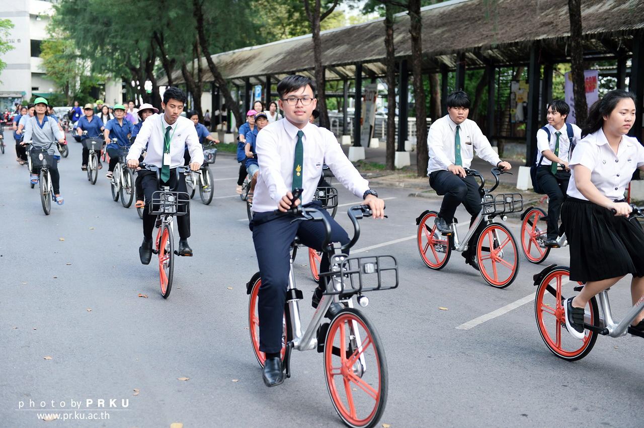 """นิสิต ม.เกษตร ทดลองใช้ จักรยานสาธารณะอัจฉริยะ """"โมไบค์"""""""