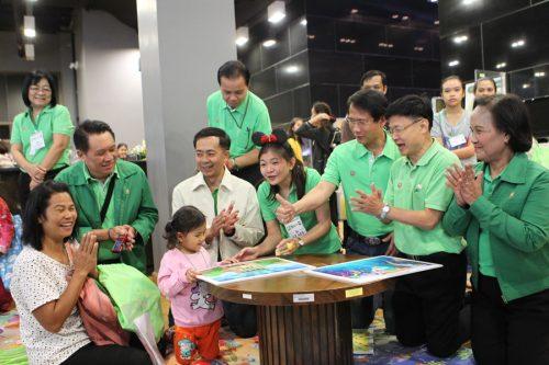 ผู้บริหาร ธ.ก.ส. สุกสนานกับเด็กๆ...สร้างสรรค์สิ่งดีๆให้เด็กไทย 4.0