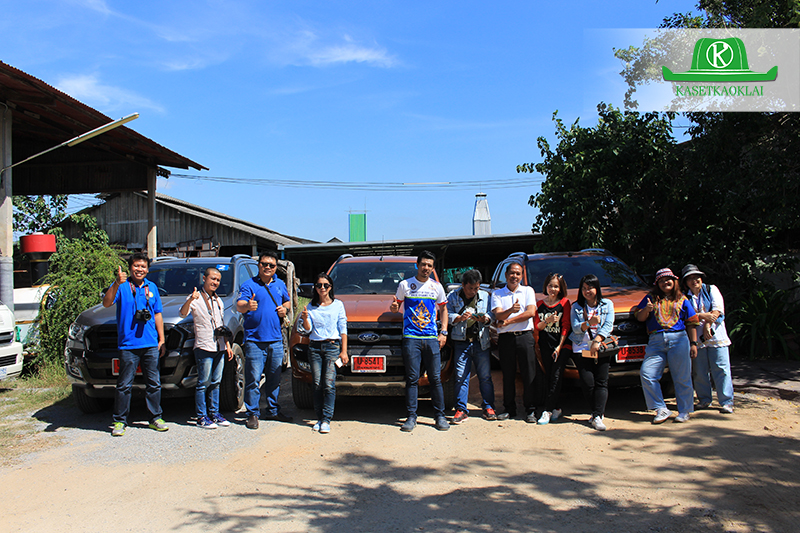 คณะสื่อมวลชนและครอบครัวเอนกฟาร์มร่วมถ่ายภาพกับรถฟอร์ด
