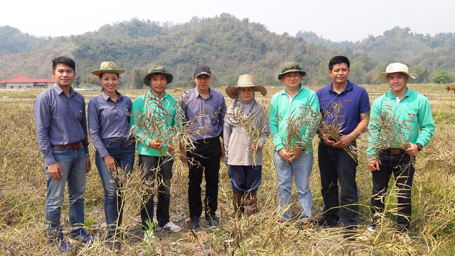 คุณอิสระ วงศ์อินทคนที่ 4 จากซ้าย) กับทีมงานของศรแดงที่พร้อมให้การส่งเสริมอาชีพแก่เกษตรกร