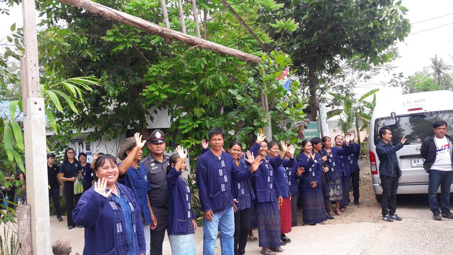 ชาวบ้านชุมชนหนองพยอมบอกว่าผ่านไปมาโคราช อย่าลืมแวะมาเที่ยวชุมชนของเรา