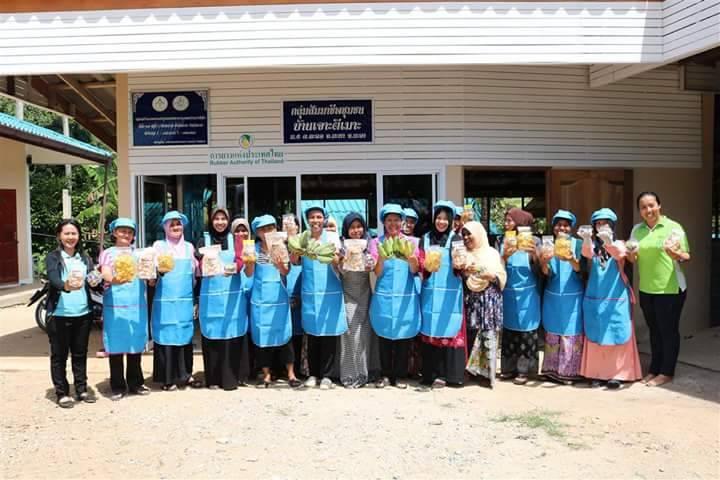 กลุ่มแม่บ้านเกษตรกรฯ ถ่ายรูปพร้อมสินค้าแปรรูปจากกล้วยน้ำว้า