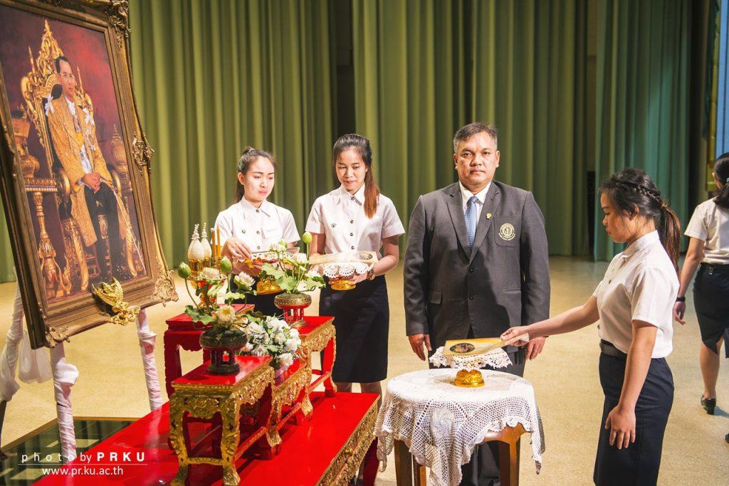"""นิสิตนักศึกษาเข้ารับพระราชทาน """"ทุนภูมิพล"""" เบื้องหน้าพระบรมฉายาลักษณ์ พระบาทสมเด็จพระปรมินทรมหาภูมิพลอดุลยเดช รัชกาลที่ 9"""