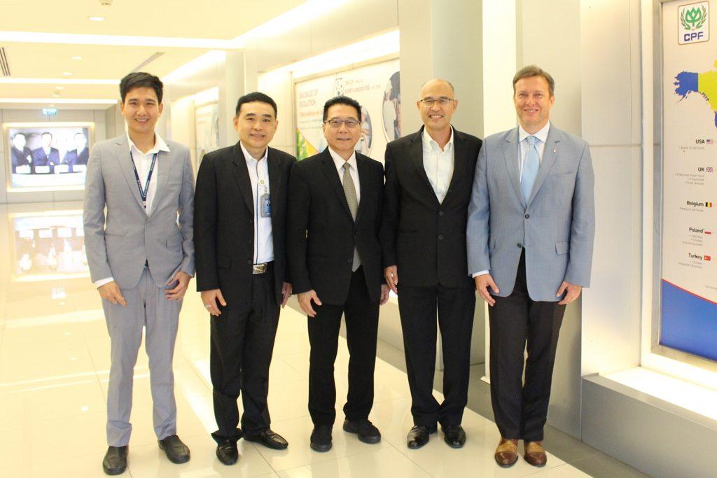 วาลเดอมาร์ ดูบันยอฟสกี้ (ขวาสุด) เอกอัครราชทูตสาธารณรัฐโปแลนด์ประจำประเทศไทย , นายณฤกษ์ มางเขียว (ที่ 2 จากขวา) กรรมการผู้จัดการบริหาร ซีพีเอฟ , และ ดร.สมบัติ ธีระตระกูลชัย (กลาง) รองกรรมการผู้จัดการอาวุโส ซีพีเอฟ