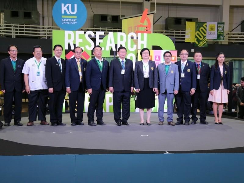ดร.สุวิทย์ เมษินทรีย์ รัฐมนตรีว่าการกระทรวงวิทยาศาสตร์และเทคโนโลยี ถ่ายภาพร่วมกับผู้บริหารมหาวิทยาลัยเกษตรศาสตร์