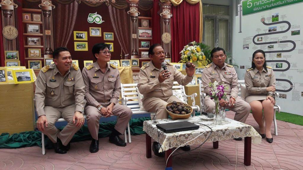 นายสมชาย  ชาญณรงค์กุล  (คนพูด) อธิบดีกรมส่งเสริมการเกษตร กำลังให้รายละเอียดเกี่ยวกับกิจกรรมภายในงาน