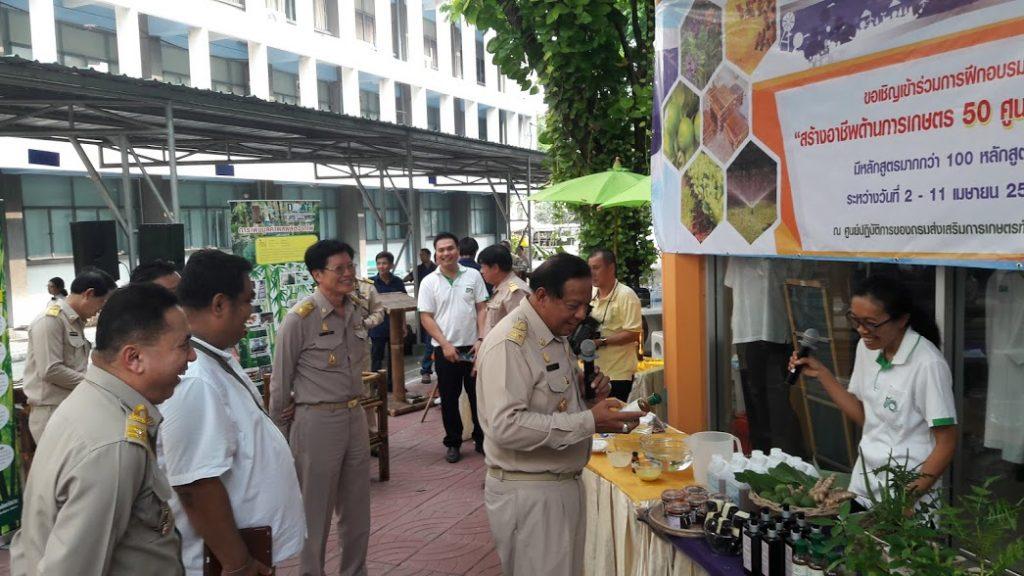 นายสมชาย  ชาญณรงค์กุล  เยี่ยมชมบูธนิทรรศการเกี่ยวกับกาแปรรูปสมุนไพร