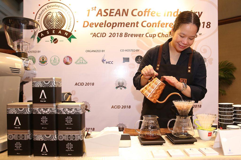 บาริสต้าภายในงานการจัดการประชุมการพัฒนาอุตสาหกรรมกาแฟในอาเซียนครั้งที่ 1
