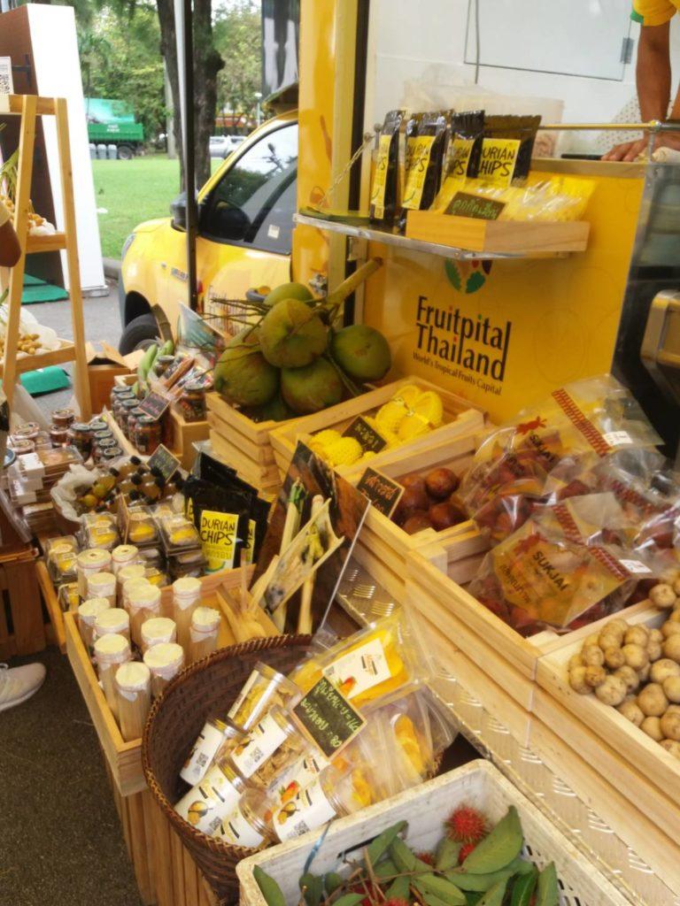การจัดวางผลไม้และสินค้าที่มาจำหน่ายสวยงาม