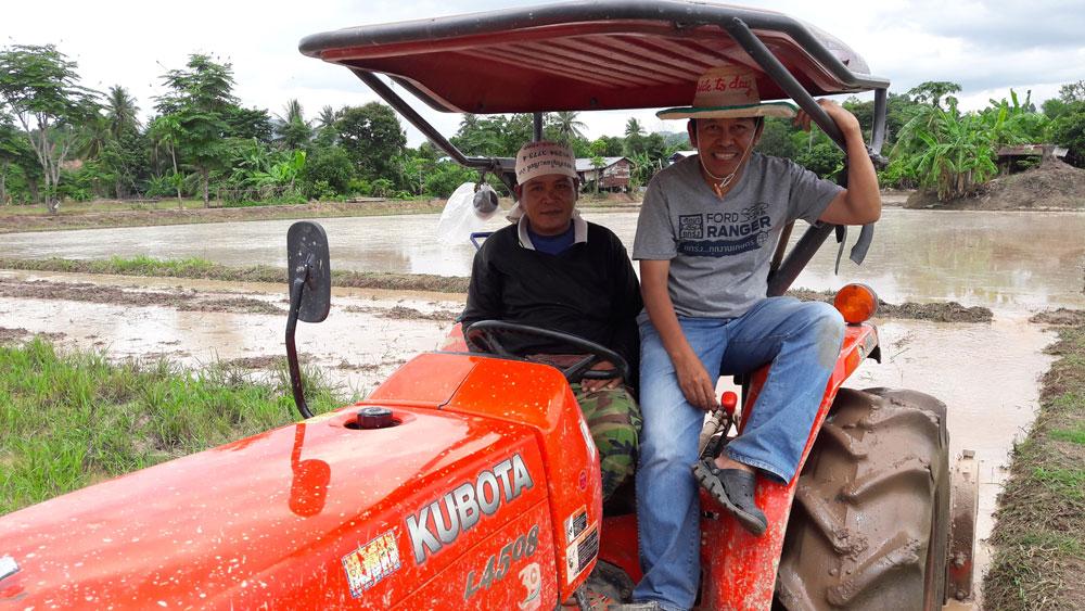 พบเกษตรชาวนา...กำลังไถนาด้วยรถไถคันใหม่