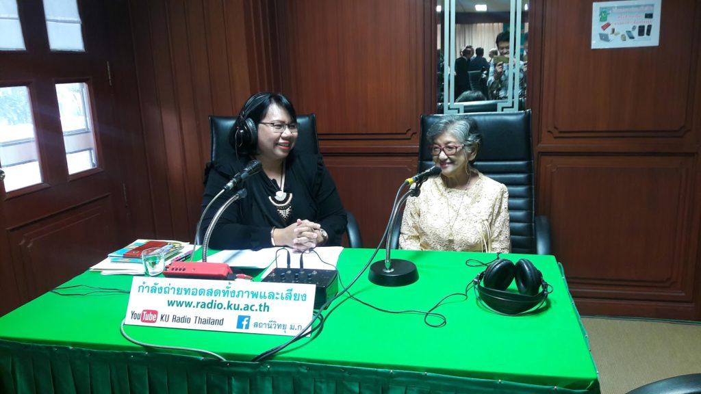สถานีวิทยุ ม.ก. สัมภาษณ์ผู้สูงอายุที่มาร่วมในพิธีลงนามครั้งนี้