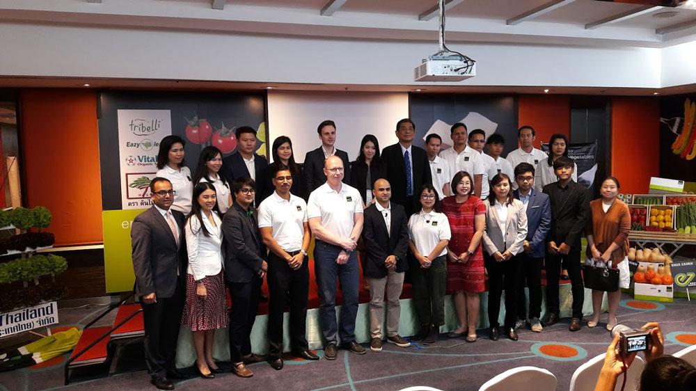 ถ่ายภาพร่วมกันในวันแถลงข่าวเปิดตัว เอนซา ซาเดน ประเทศไทย
