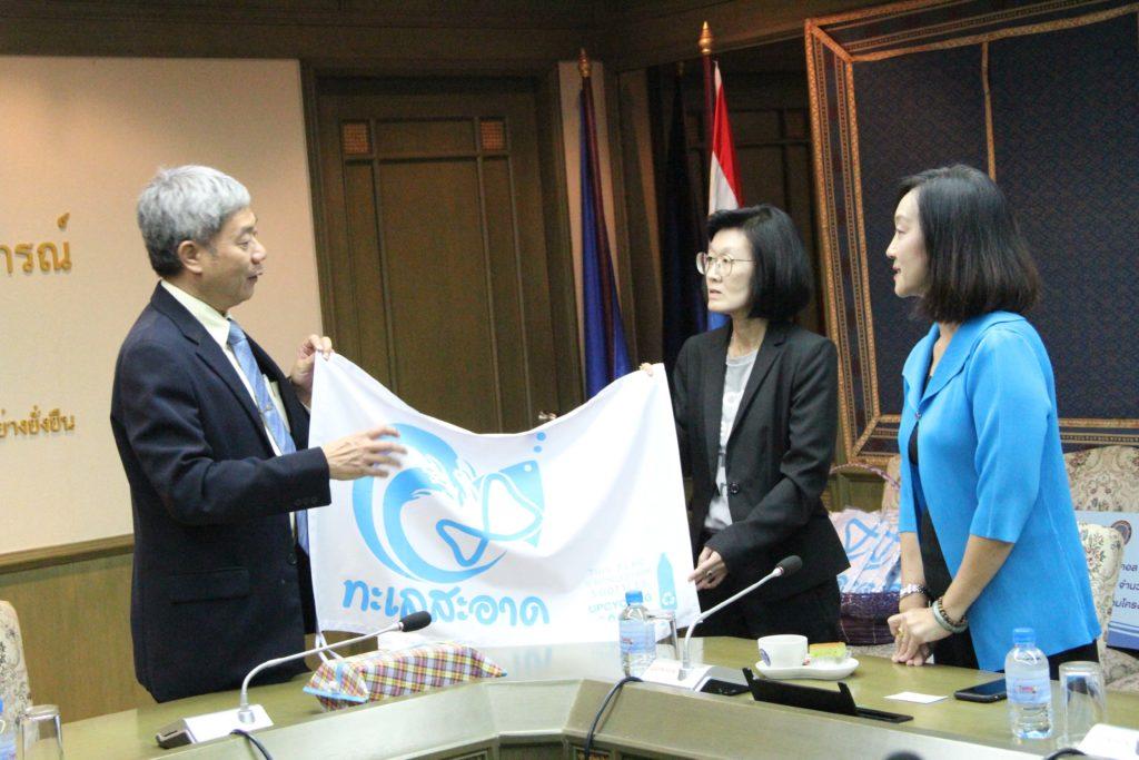 กรมประมง รับมอบธงทะเลสะอาด 5,000 ผืน