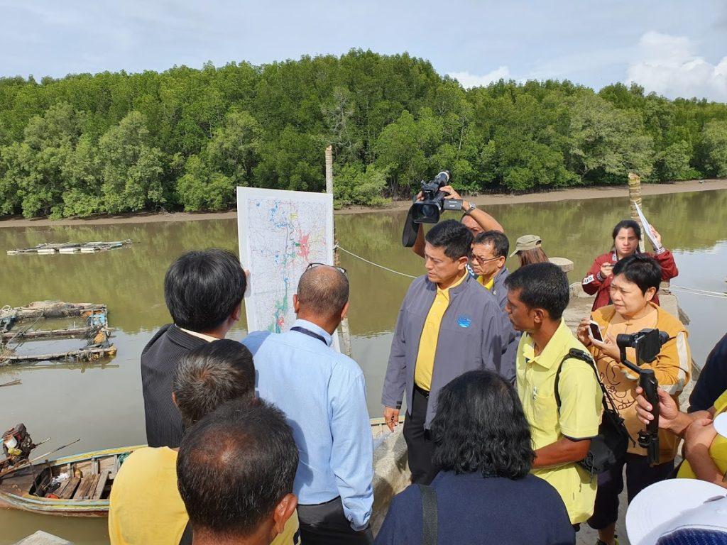 มาพบกับชาวบ้านในจุดที่จะทำการขุดขยายแม่น้ำตรังช่วงท้ายน้ำ