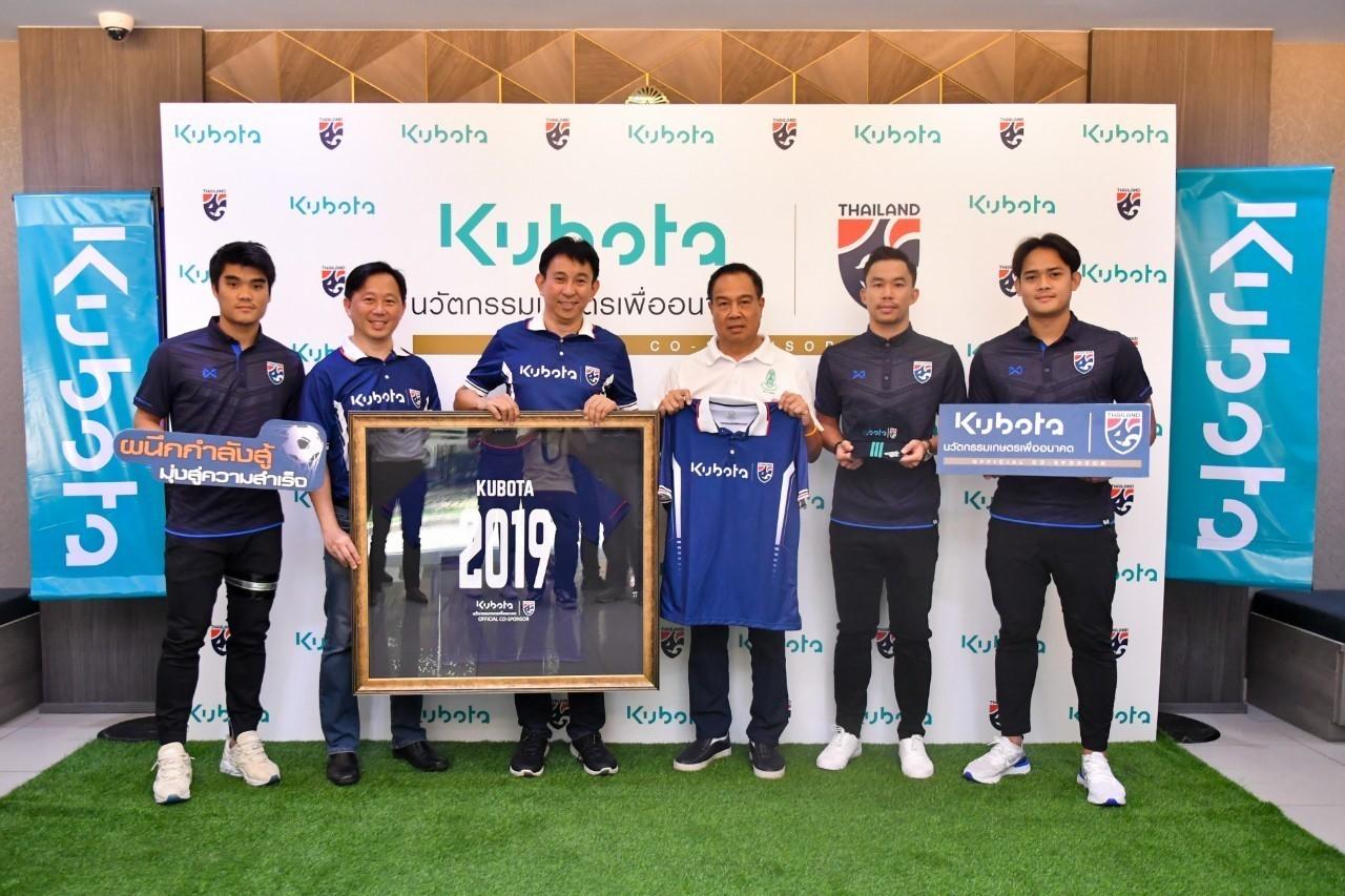 พล.ต.อ. ดร.สมยศ พุ่มพันธุ์ม่วง นายกสมาคมกีฬาฟุตบอลแห่งประเทศไทยฯ ให้การต้อนรับพร้อมกล่าวขอบคุณคณะผู้บริหาร บริษัทสยามคูโบต้า