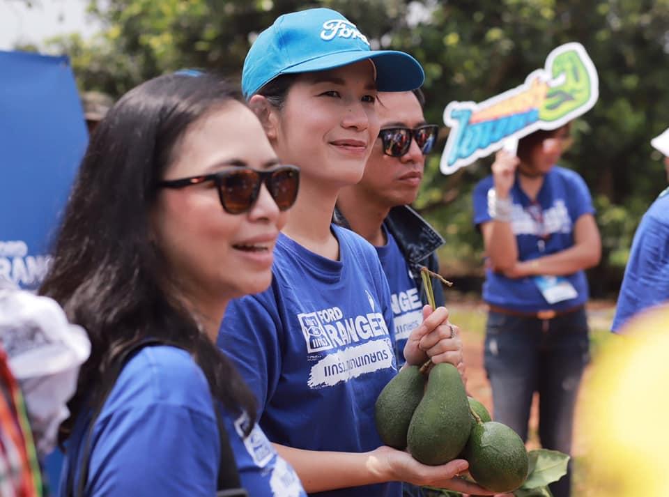 คุณออม-กมลชนก ประเสริฐสม ผอ.ฝ่ายสื่อสารองค์กร ฟอร์ด ประเทศไทย และตลาดอาเซียน กำลังลุยสวนอะโวคาโด ที่ อ.ปากช่อง จ.นครราชสีมา