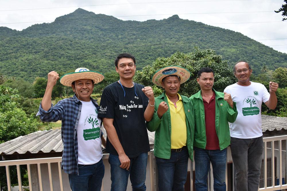 คุณโย่ง (คนที่ 2 จากซ้าย) ถัดไป คุณวิษณุ จาก ธ.ก.ส.เขาใหญ่ และทีมงานเกษตรก้าวไกล