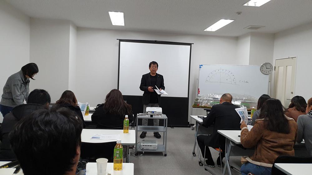 คุณมาซาจิ โกซาไก ( Masaji Kosakai) ประธาน LS Farm กำลังอธิบายเรื่อง AIR DOME นวัตกรรมโรงเรือนปลูกผักไร้เสา