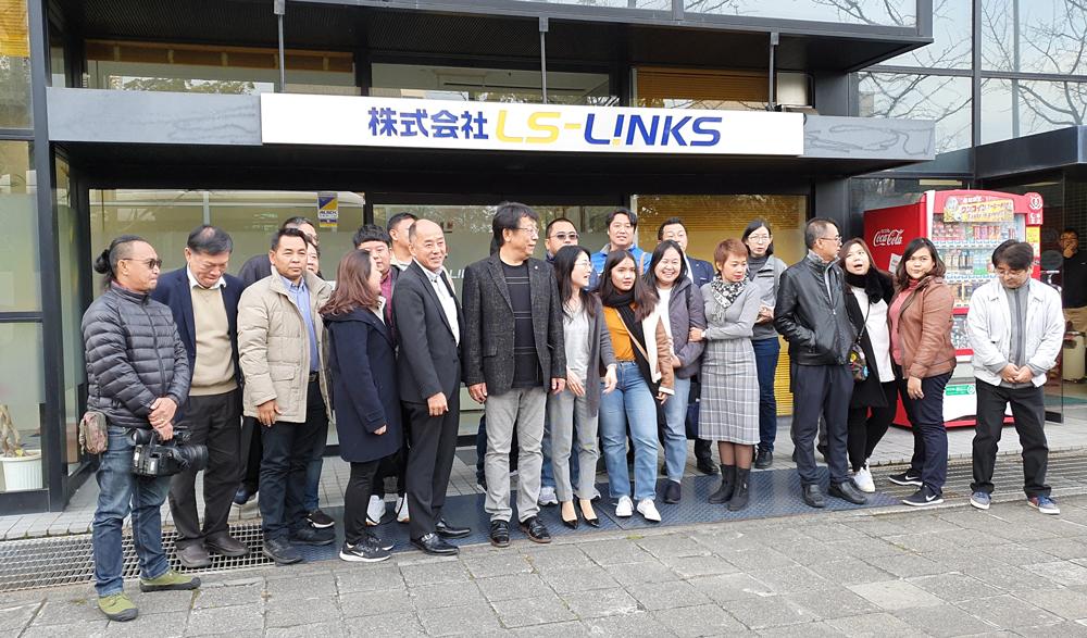 คณะศึกษาดูงานถ่ายภาพร่วมกับคณะ LS LINKS ที่ด้านหน้าของอาคารสำนักงาน