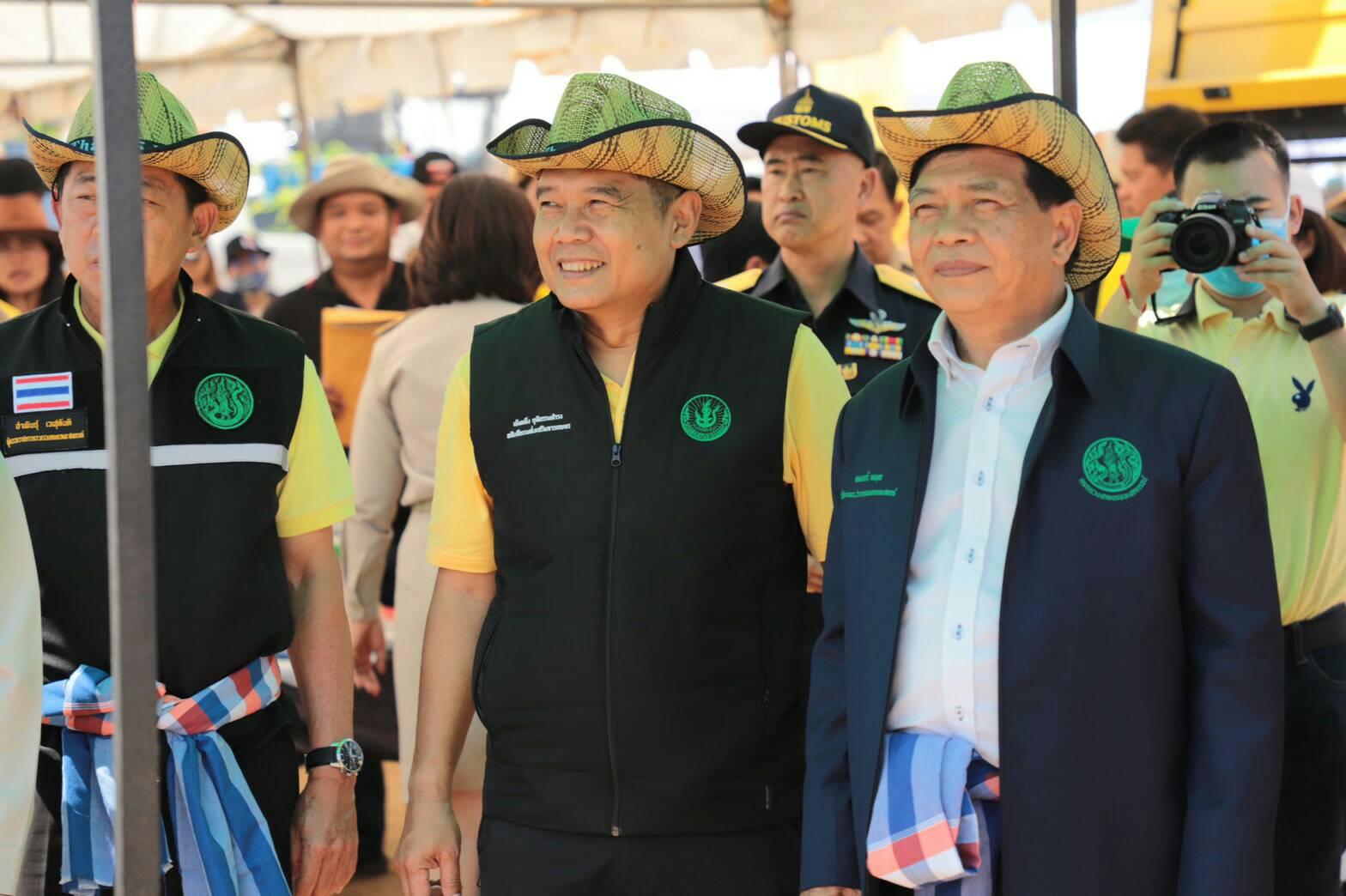 นายอลงกรณ์ พลบุตร (คนขวา) ที่ปรึกษารัฐมนตรีว่าการกระทรวงเกษตรและสหกรณ์