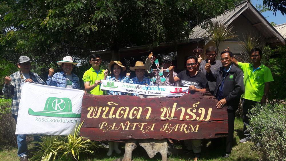 ร่วมกับเกษตรและกับผู้นำชุมชนเรียนรู้เรื่องการปลูกปาล์มแห่งแรกของบุรีรัมย์ รวมทั้งการทำสวนแบบไร่นาสวนผสมที่พณิตา ฟาร์ม