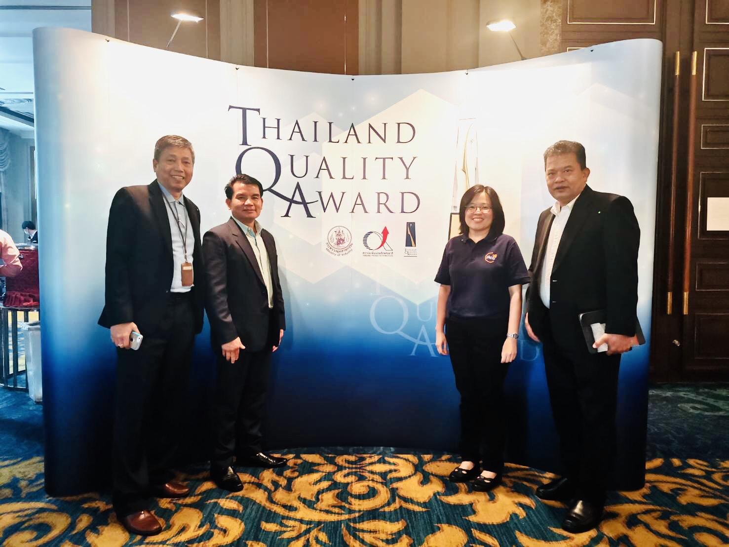 """ธ.ก.ส. ร่วมงาน Thailand Quality Award 2019 Winner Conference นายสันติ เจริญสุข และนายภานิต ภัทรสาริน ผู้ช่วยผู้จัดการธนาคารเพื่อการเกษตรและสหกรณ์การเกษตร (ธ.ก.ส.) พร้อมด้วยผู้บริหารและพนักงาน ร่วมงานสัมมนา """"Thailand Quality Award 2019 Winner Conference"""" จัดโดยสำนักงานรางวัลคุณภาพแห่งชาติ ซึ่งมีวัตถุประสงค์เพื่อเผยแพร่วิธีปฏิบัติในการนำองค์กรสู่ความเป็นเลิศจากองค์กรที่ได้รับรางวัลในปี 2562 รวมถึงส่งเสริมแนวทางการบริหารจัดการตามเกณฑ์รางวัลคุณภาพแห่งชาติ (TQA) และสร้างความตระหนักให้แก่องค์กรอื่น ๆ ถึงประโยชน์ที่ได้รับจากการนำแนวทางเกณฑ์ TQA ไปประยุกต์ใช้ โดย ธ.ก.ส. เป็นหนึ่งในองค์กรที่ได้รับรางวัลการบริหารสู่ ความเป็นเลิศ (Thailand Quality Class : TQC) นอกจากนี้ นายสันติ เจริญสุข ผู้ช่วยผู้จัดการ ธ.ก.ส. ได้ร่วมเสวนาประสบการณ์เส้นทางแห่งการสั่งสมความรู้และประสบการณ์ หัวข้อ """"การสร้างบรรยากาศในการทำงานเพื่อผลการดำเนินงานที่ดี"""" ณ ห้องเมแฟร์ บอลรูม ชั้น 5 โรงแรม เดอะ เบอร์เคลีย์ ประตูน้ำ กรุงเทพฯ เมื่อวันที่ 6 สิงหาคม 2563"""