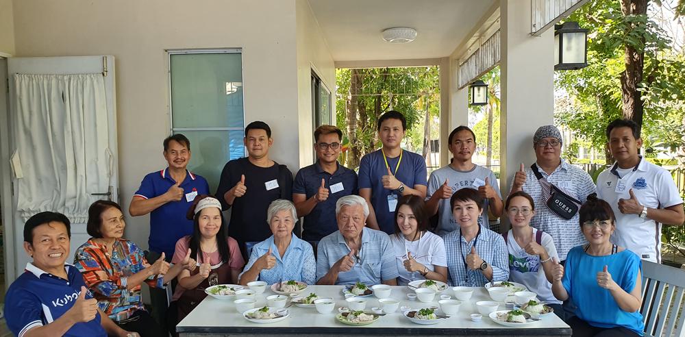 ข้าวมันไก่ฮ่องเต้ น้ำจิ้มสูตรมหัศจรรย์...รุ่นนี้ อาจารย์สิรินารถ และ อาจารย์ตระการ ทรงสายตระกูล มาเป็นขวัญกำลังใจด้วย