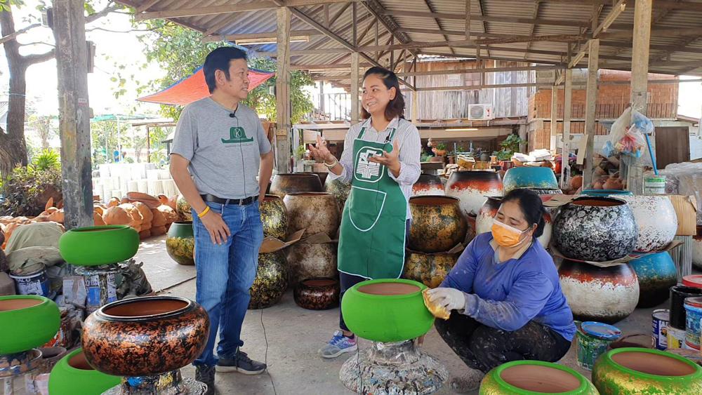 ลุงพร กำลังสัมภาษณ์ทายาทเกษตรกร...ปิ่นปินัทธ์ ภู่ทอง ทายาทร้านโค้งพันล้าน ด่านเกวียน