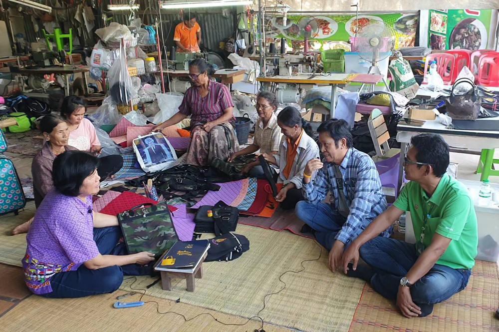 ร่วมวงเสวนากับกลุ่มวิสาหกิจชุมชนผู้ผลิตกระเป๋าหนังบ้านหนองโอง สี่คิ้ โคราช