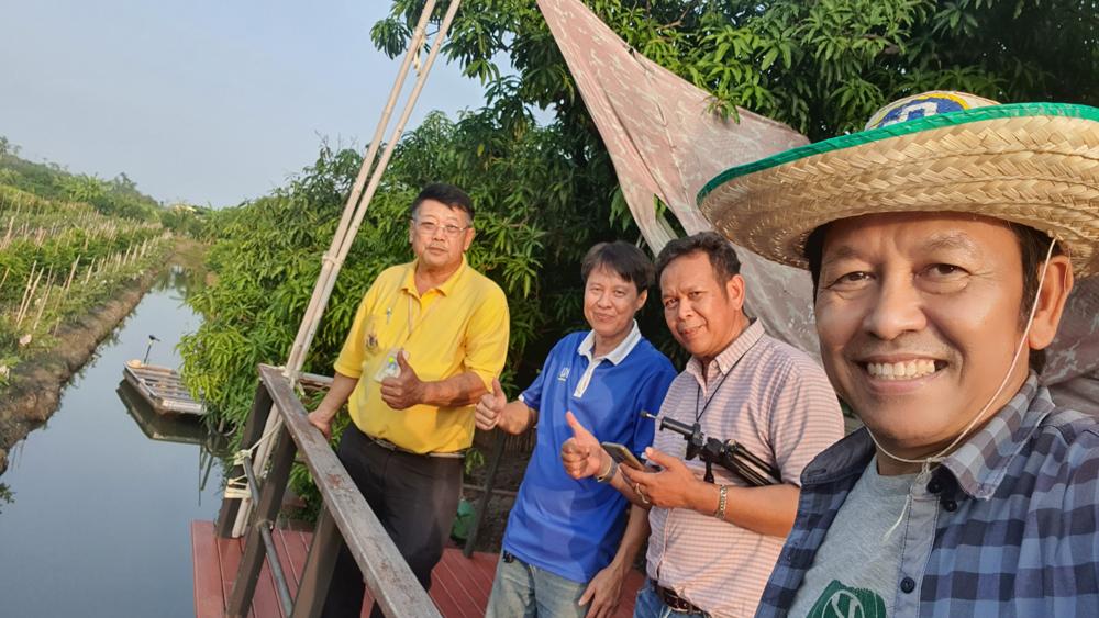 คุณสุรศักดิ์ พุทธไพบูลย์ (เสื้อเหลือง) ผู้จัดการ ธ.ก.ส. สาขาบางแพ นำคณะผู้เยี่ยมชมยกนิ้วให้คุณสมชาย เจริญสุข