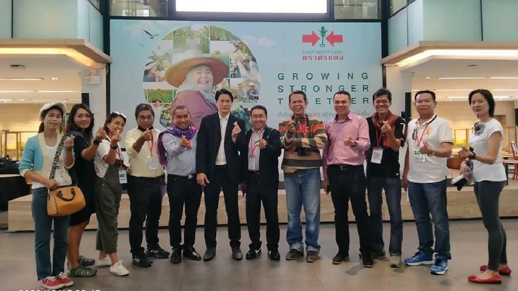 ถ่ายภาพกับสื่อมวลชนเกษตร นำโดย ดร.อภิวัฒน์ จ่าตา นายกสมาคมสื่อมวลชนเกษตรแห่งประเทศไทย