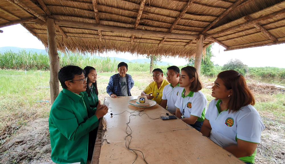 คุณโกวิทย์ สุดสวาท (นั่งหน้าซ้ายสุด) ผู้จัดการ ธ.ก.ส. สาขาด่านมะขามเตี้ย บอกว่าพร้อมสนับสนุนการรวมกลุ่มเพื่อประโยชน์ของชุมชนและภาคเกษตรไทย