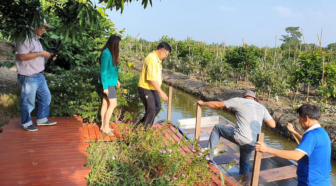 ทีมงานเกษตรก้าวไกล ภายใต้การประสานงานของ ธ.ก.ส.สาขาบางแพ กำลังลงเรือชมสวนเจริญสุข